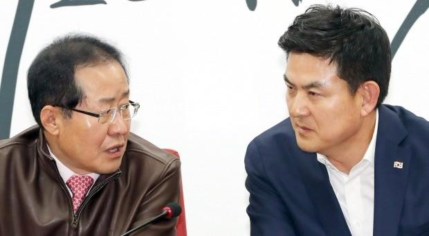 대화하는 홍준표 대표와 김태호 예비후보 (사진=연합뉴스)