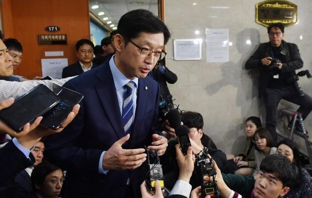 댓글 조작 사건 이른바 '드루킹 사건'에 연루됐다는 의혹을 받는 더불어민주당 김경수 의원이 19일 오후 국회 정론관에서 입장 발표 및 경남지사 출마 선언을 하고 회견장을 나서고 있다. (사진=연합뉴스)