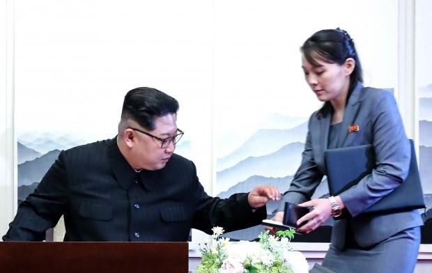 방명록 쓰는 김정은 국무위원장 (사진=연합뉴스)