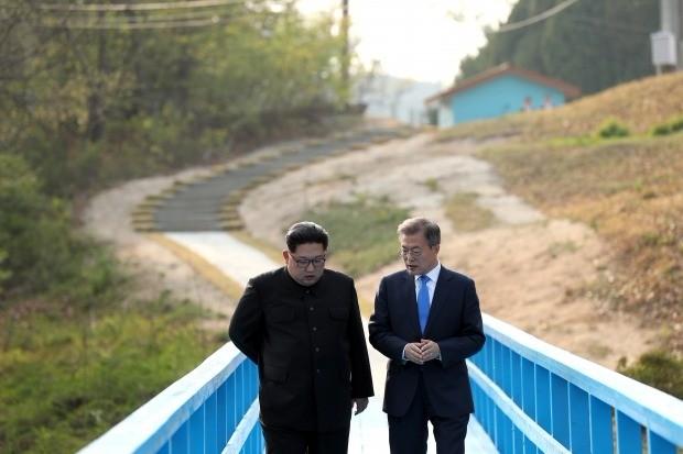 남북정상 도보다리에서 둘만의 산책 (사진=연합뉴스)