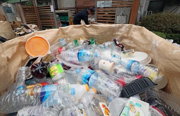 서울 용산구의 한 아파트 쓰레기수거장에 쌓여있는 페트병 [연합뉴스 자료사진]