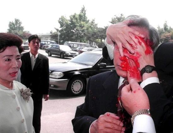 1999년 6월 김영삼 전 대통령이 일본방문을 위해 나선 김포공항에서 한 괴한으로부터 '페인트 달걀' 봉변을 당한 모습. 사진=연합뉴스