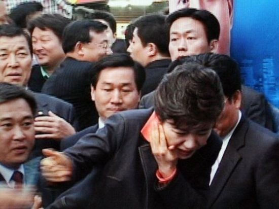 2006년 5월20일 박근혜 당시 한나라당 대표가 서울 신촌 현대백화점 앞에서 연설을 하기 위해 단상에 오르다 50대 남성이 휘두른 흉기에 상처를 입고 입었다. 사진=연합뉴스