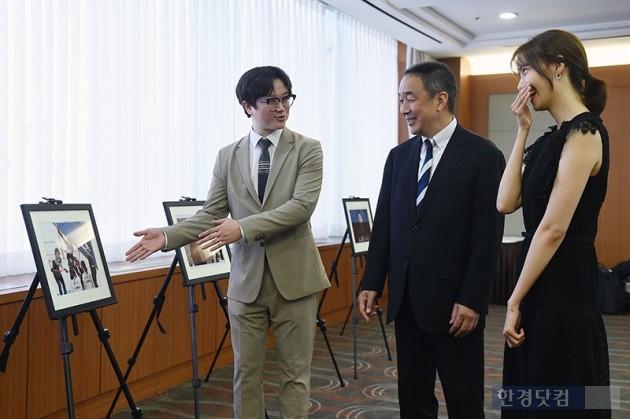 [포토] 2018 코파 & 니콘 프레스 포토 어워즈 수상작 설명 듣는 윤아