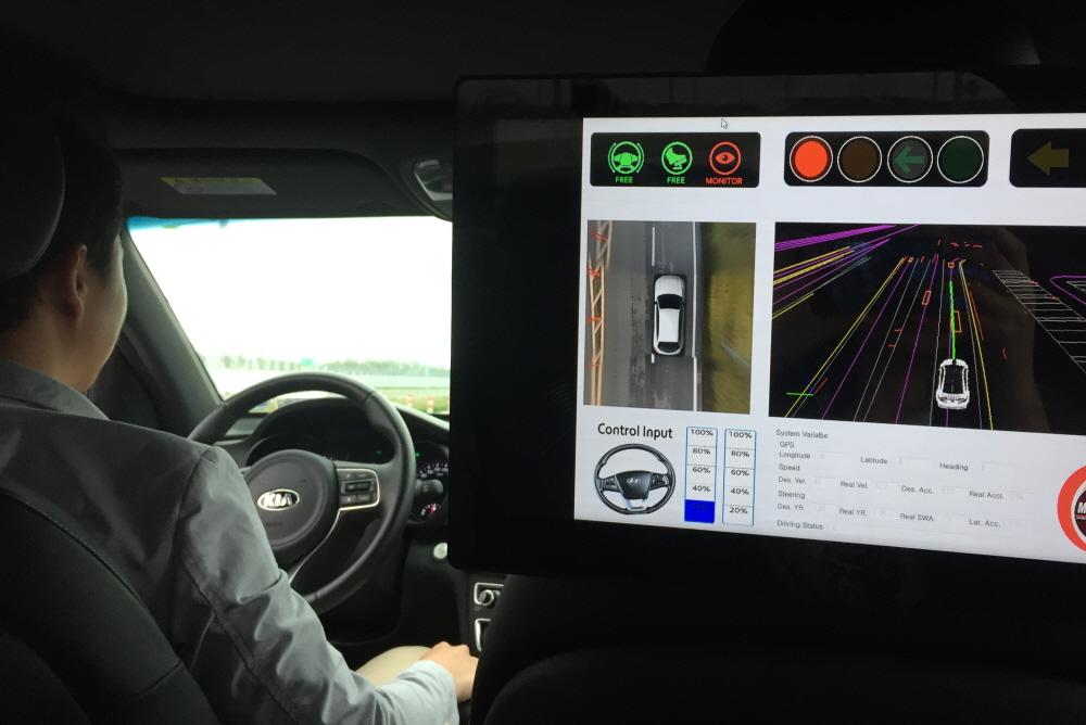 [르포]현대모비스 자율주행차, 황색 신호 건널까 말까