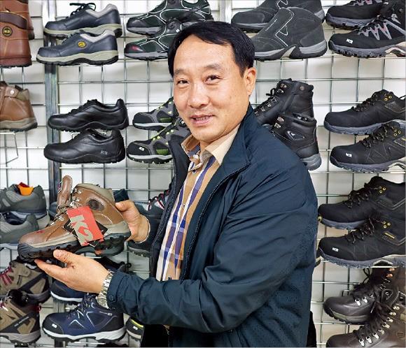 손태근 K2세이프티 전무가 서울 성수동 K2세이프티 본사에서 안전화 제품을 설명하고 있다.  /김기만 기자 mgk@hankyung.com