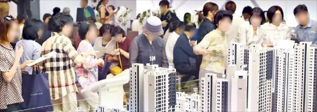 한 수도권 아파트 분양 모델하우스에서 내방객이 단지 모형도를 살펴보고 있다.  /한경DB