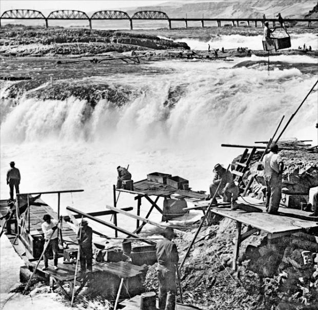 미국 서부 컬럼비아강의 연어잡이 명소였던 셀릴로 폭포에서 연어를 잡는 사람들. 셀릴로 폭포는 1956년 댈즈 댐이 건설되면서 수몰됐다. 이음 제공