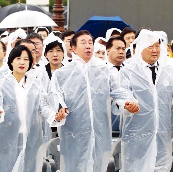 '임을 위한 행진곡' 제창하는 여야 지도부