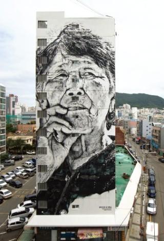 독일 출신 스트리트 아티스트 ECB(본명 헨드릭 바이키르히)가 부산 대평동 깡깡이마을의 대동대교맨션 벽면에 그린 '우리모두의 어머니' 작품. /깡깡이예술마을사업단 제공