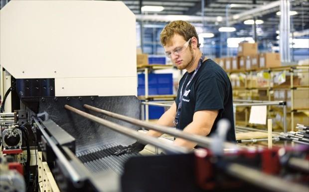 화승R&A의 미국 앨라배마 직원이 자동차 부품을 생산하고 있다. /화승그룹 제공
