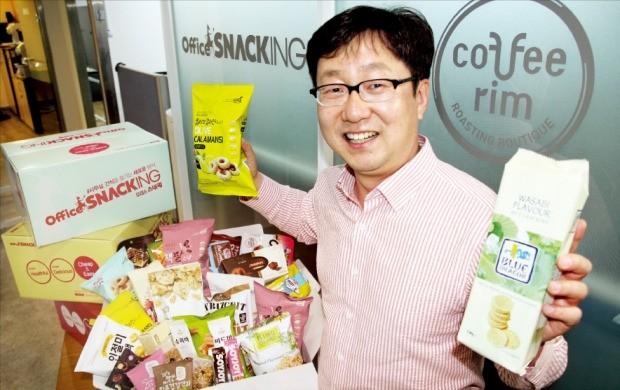 정태진 어반포레스트 대표가 서울 양재동 사무실에서 '오피스스내킹' 상품 구성에 대해 설명하고 있다.  /문혜정 기자