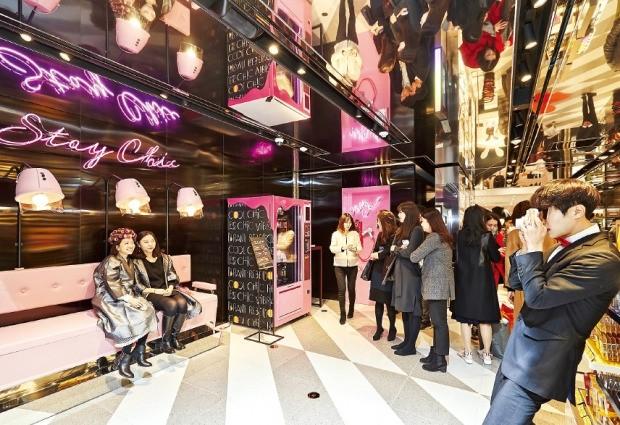 서울 강남역 신세계백화점의 시코르 플래그십 매장에서 소비자들이 폴라로이드 사진촬영 이벤트에 참여하고 있다.