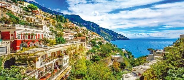 지중해가 내려다보이는 이탈리아 남부 아말피 마을풍경.
