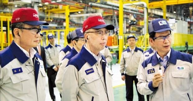 박지원 두산그룹 부회장(가운데)이 지난 25일 중국 산둥성 옌타이시에 있는 두산인프라코어 중국법인(DICC)을 방문해 생산 현장을 둘러보고 있다. 두산인프라코어  제공
