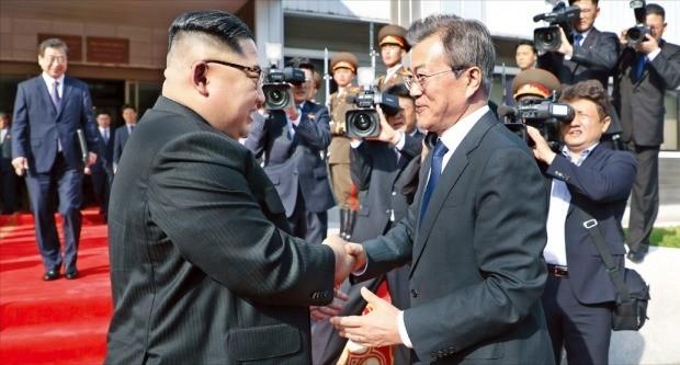 문재인 대통령이 지난 26일 판문점 북측 통일각에서 김정은 북한 국무위원장과 남북한 정상회담을 한 뒤 악수하고 있다. 이날 만남은 김정은의 회담 요청을 문 대통령이 수락해 이뤄졌다. 청와대 제공