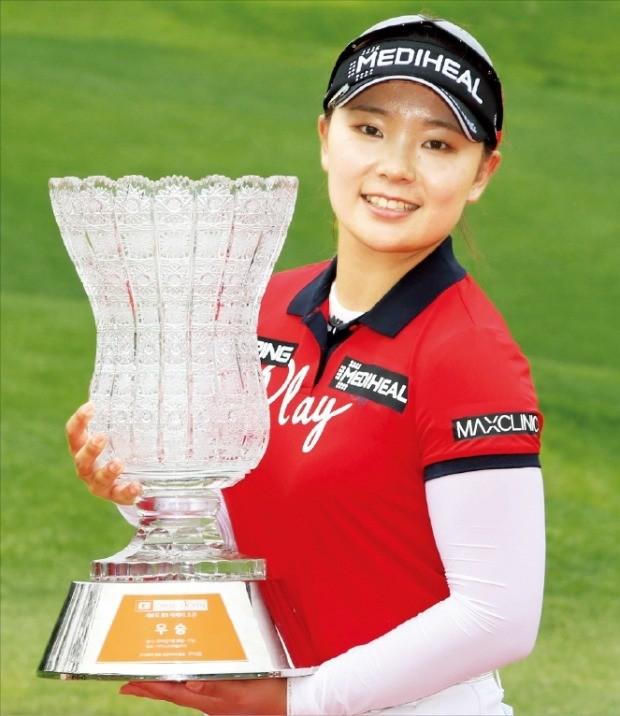 이다연이 27일 경기 이천 사우스스프링스컨트리클럽에서 열린 한국여자프로골프(KLPGA) 투어 E1채리티오픈에서 우승한 뒤 트로피를 들고 포즈를 취하고 있다. KLPGA 제공