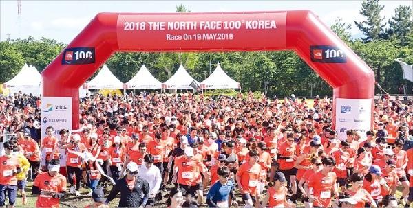 '2018 노스페이스 100 코리아'  참가자들이 스타트를 하고 있다.  노스페이스 제공