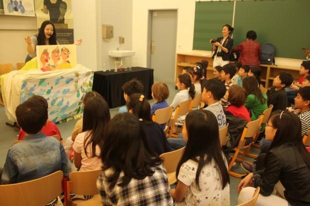 브레멘 등 해외주재원 자녀들에게 그림책으로 한글 가르치는 곽민수 작가