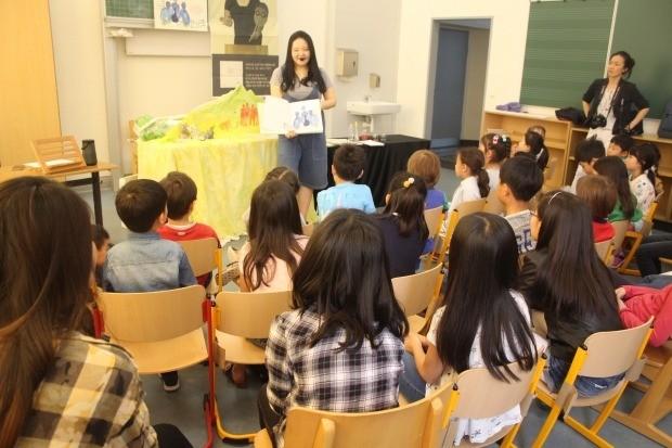 지난 19일 뒤셀도르프 한글학교에서 곽민수 작가가 한인자녀들을 상대로 강연하고 있다./ 곽민수 작가 제공