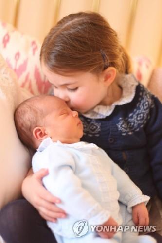 영국 왕실, '잠자는 루이 왕자' 사진 공개