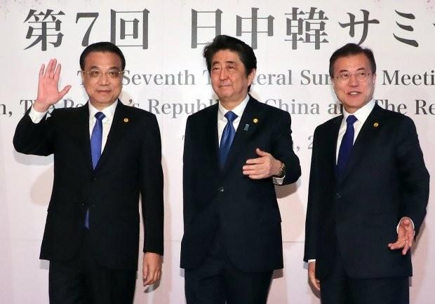 < 도쿄에서 만난 한·일·중 정상 > 문재인 대통령과 아베 신조 일본 총리(가운데), 리커창 중국 국무원 총리가 9일 오전 일본 도쿄 영빈관 '하고로모노마'에서 열린 한·일·중 정상회의에 앞서 기념 촬영을 하고 있다. 사진=연합뉴스