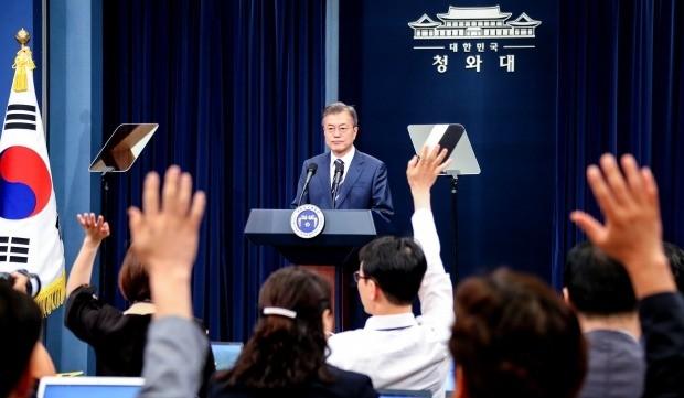 깜짝 정상회담에 이어진 질문 세례 (사진=연합뉴스)