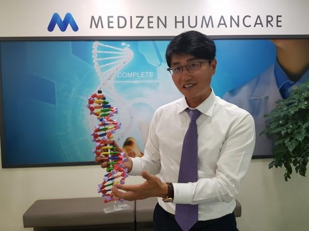 신동직 메디젠휴먼케어 대표가 DNA 모형을 들고 회사의 해외진출 성과에 대해 설명하고 있다. 양병훈 기자