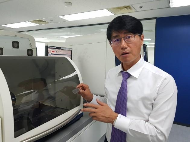 신동직 메디젠휴먼케어 대표가 유전자 분석 장비 '퀀트스튜디오12K' 앞에서 유전자 검사의 원리에 대해 설명하고 있다. 양병훈 기자