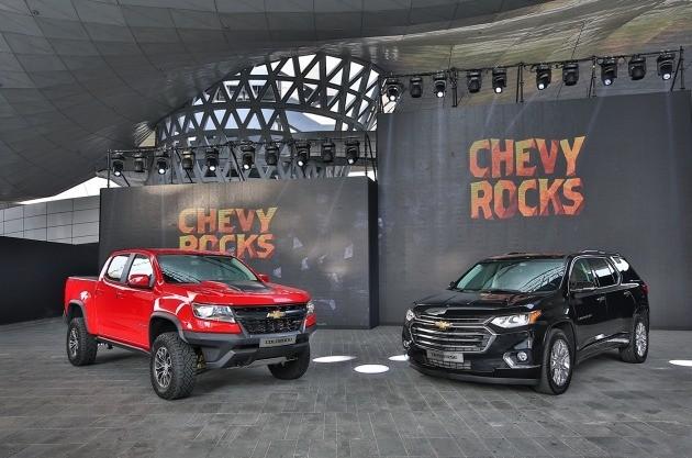 쉐보레가 6일 부산모터쇼 전야제 행사에서 공개한 픽업트럭 콜로라도와 대형SUV 트래버스. (사진=한국GM)