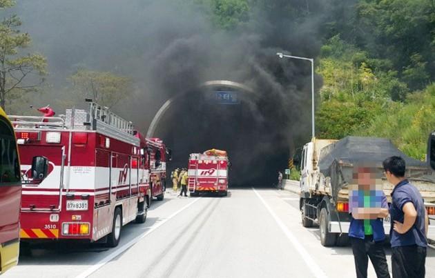22일 오후 울산포항고속도로 범서제2터널에서 발생한 차량 화재로 터널 입구가 통제되고 있다. [사진=연합뉴스]