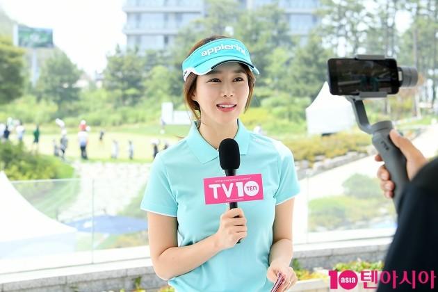 티비텐(TV10) 라이브 방송을 진행중인 정예진/ 사진=이승현 한경텐아시아 기자