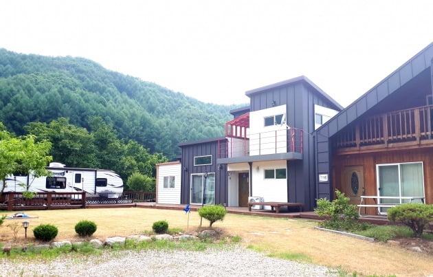 대지 하나인 집에 가족형 휴양형민박 두 채와 캐러번을 설치했다. 김경래 대표 제공