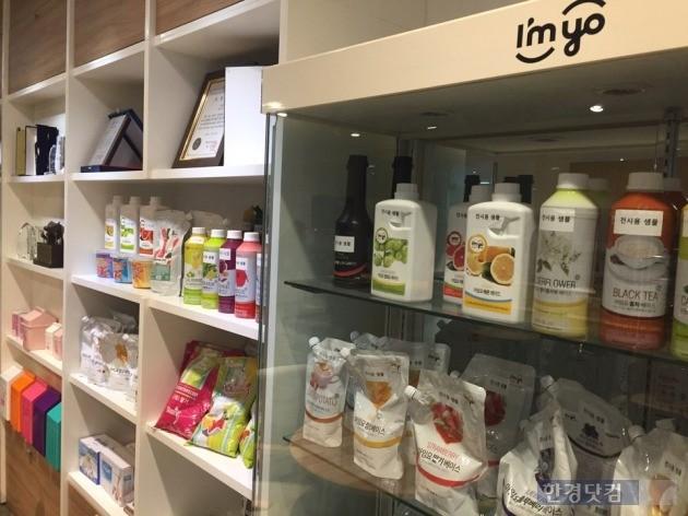 휴럼이 유통하는 다양한 건강기능식품이 사내 진열장에 놓여 있다.