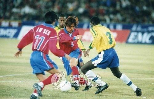 지난 1998년 3월 28일 잠실경기장에서 열린 한국-브라질 친선축구경기에서 유상철이 브라질의 오지반을 제치며 문전대시하는 모습 [사진=연합뉴스]