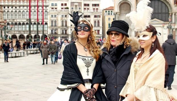 베네치아 가면축제를 즐기는      여인들.