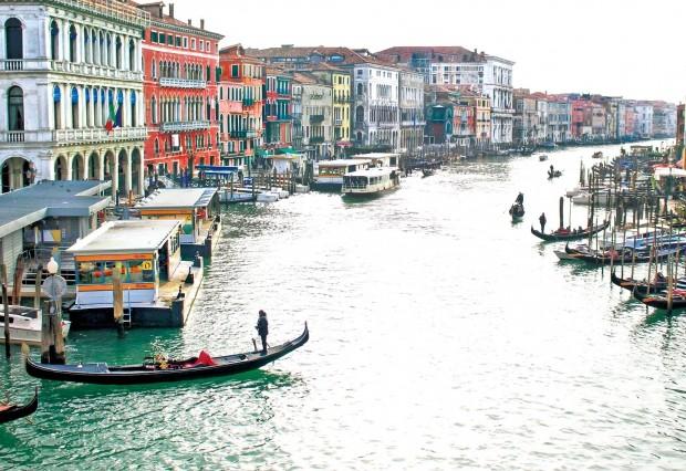 아름다운 운하와 독특한 풍경으로 유명한 베네치아는 생존을 위해 지형을 극복해야 했던 치열한 역사의 흔적이 배어 있는 곳이다.