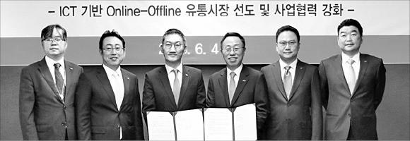 이건준 BGF 대표(왼쪽 네 번째)와 이인찬 SK플래닛 대표(세 번째)가 4일 전략적 공동 사업 추진을 위한 업무 제휴 협약을 체결하고 있다. /BGF 제공
