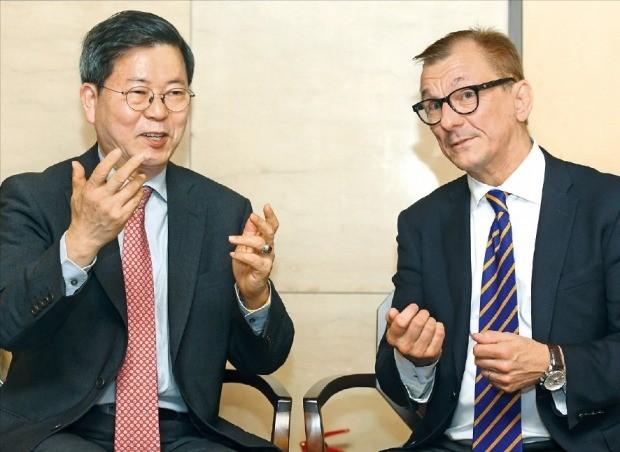 한누 세리스토 알토대 부총장(오른쪽)과 김태현 서울과학종합대학원대(aSSIST) 총장이 '핀란드와 한국의 대학교육과 산학협력'을 주제로 이야기하고 있다. /강은구 기자 egkang@hankyung.com