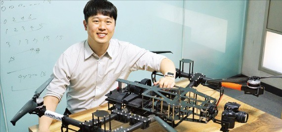 최재혁 니어스랩 대표가 대전 KAIST 본사에서 인공지능으로 자율비행하는 산업용 드론을 소개하고 있다. /니어스랩 제공