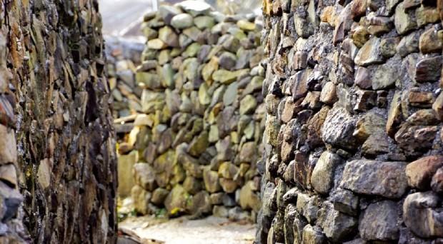 매력적인 자연이 숨어 있는 애도의 돌담길.