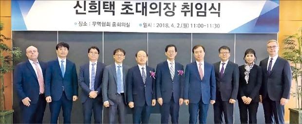 지난 4월2일 취임한 신희택 KCAB인터내셔널 초대 의장(왼쪽 다섯 번째).