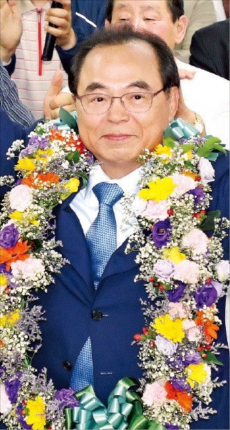 오거돈 더불어민주당 부산시장 후보가 당선이 확실시되자 승리를 자축하고 있다.  /연합뉴스