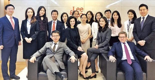 법무법인 광장에서 국제중재팀장을 맡고 있는 임성우 변호사(앞줄 왼쪽)와 국제중재팀원들. 광장 제공