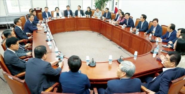 자유한국당 초선 의원들이 19일 국회 당 대회의실에서 지방선거 참패에 따른 당 위기 수습과 쇄신 방안을 논의하려고 한자리에 모였다. 회의엔 당내 초선 의원 43명 중 27명이 참석했다. /연합뉴스