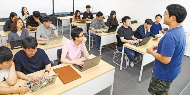 지난 18일 서울 강남구 패스트캠퍼스에서 수강생들이 김기현 강사의 데이터 사이언스 강의를 듣고 있다. /강은구 기자 egkang@hankyung.com