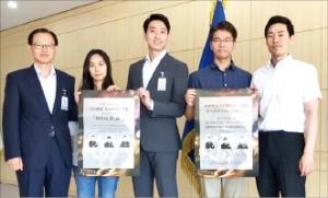 '폴리스데스크'를 운영하는 서울 관악경찰서 외사계 팀원들이 포스터를 들고 있다.