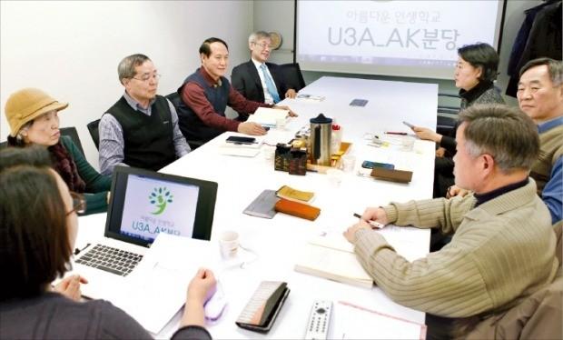 AK플라자 분당점 문화센터의 시니어 스터디클럽 '아름다운 인생학교' 회원들이 지난달 15일 열린 인문학 강좌에서 토론하고 있다. /AK플라자 제공