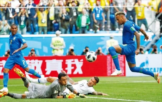 < 네이마르, 드디어 터졌다 > '삼바 축구' 브라질이 22일(한국시간) 러시아 상트페테르부르크 스타디움에서 열린 러시아월드컵 조별리그 E조 2차전에서 후반 추가시간에 두 골을 터뜨리며 코스타리카를 2-0으로 물리쳤다. 브라질 공격수 네이마르(오른쪽)가 두 번째 골을 넣고 있다. /로이터연합뉴스