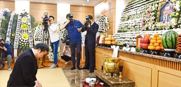 이낙연 국무총리가 지난 23일 서울아산병원 장례식장에 마련된 김종필 전 국무총리의 빈소를 찾아 조문하고 있다. /연합뉴스